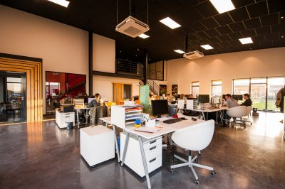4 alltägliche Tätigkeiten in Kreativfirmen, die durch Telefonanlagen erleichtert werden